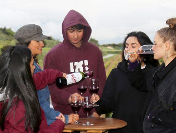 Jóvenes bebiendo vino joven chulato